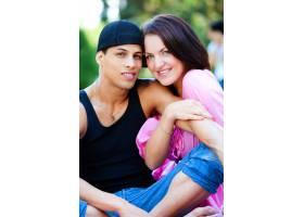 一对幸福的情侣在公园里放松_8026888