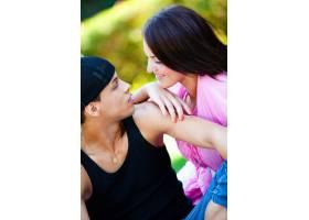 一对幸福的情侣在公园里放松_8026891