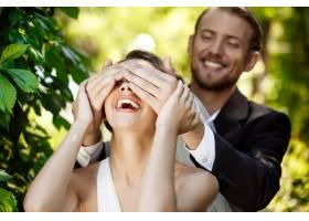 两对新婚夫妇面带微笑新郎用手捂住新娘的_7599809