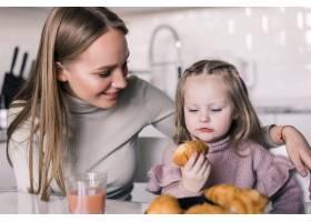 他们一起吃早餐时看起来年轻的母亲是个喝_8471517