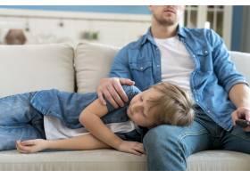 儿子睡在父亲的腿上_7730230