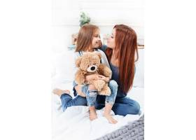 可爱的小女孩和妈妈一起享受玩耍和创造玩_7764822