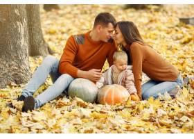 秋天公园里带着小女儿的一家人_9245340