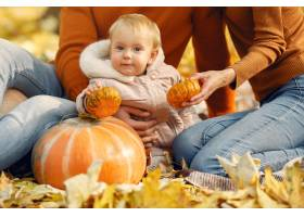 秋天公园里带着小女儿的一家人_9245345