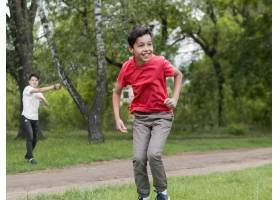 穿着红衬衫的快乐孩子在玩耍_9010144