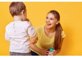 笑着快乐的女人和她可爱的小女儿玩耍_8537786