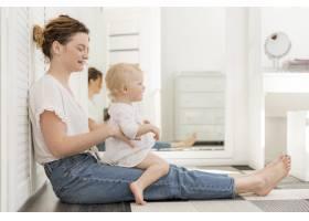 美丽的妈妈和可爱的女婴玩耍_7936897