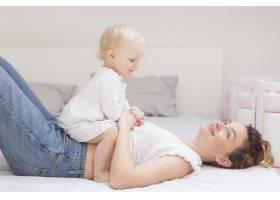 美丽的妈妈和可爱的女婴玩耍_7937003