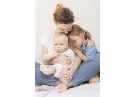 美丽的妈妈带着孩子们玩耍_7936885