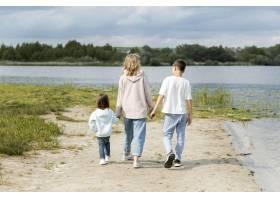 走在沙滩上的母亲和孩子_9009379