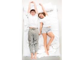 躺在床上的那对年轻可爱的夫妇_8452108