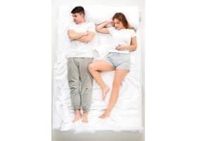 躺在床上的那对年轻可爱的夫妇_8679218