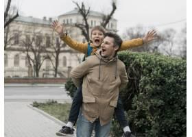 父子俩在公园旁玩耍_7730063