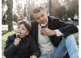 父子俩在公园里吃冰激凌_7733446