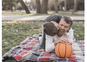 父子俩在公园里打篮球_7733451