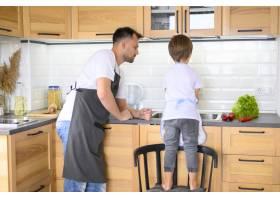 父子俩在厨房做饭远景_7772837