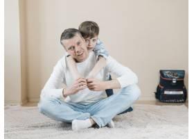 父子俩在地毯上玩耍_7748299