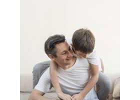 父子俩在客厅里玩耍_7748305