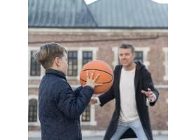 父子俩在户外打篮球_7733441