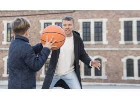 父子俩在肩上打篮球_7733444
