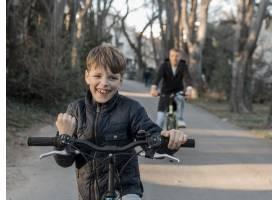 父子俩在自行车赛上_7733460