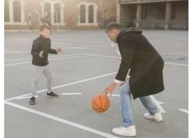 父子俩打篮球_7733440