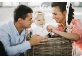 父母们正在和他们的小女儿玩耍_8316100
