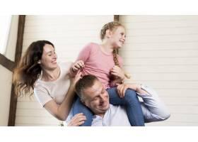 父母和女孩玩得开心_9093584
