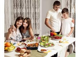父母和孩子一起享用晚餐_9265597