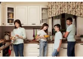 父母和孩子一起在厨房做饭_9266466