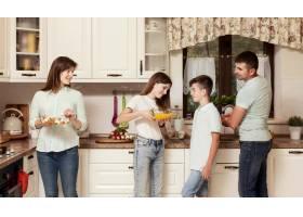 父母和孩子在厨房里准备食物_9266456