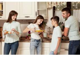父母带着孩子在厨房里做饭_9266465