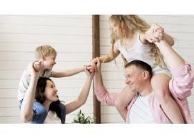 父母把孩子抱在肩上_9093594