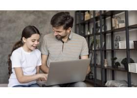 爸爸和女孩使用笔记本电脑_8218142
