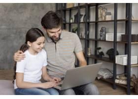 爸爸教女孩使用笔记本电脑_8218133
