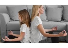 瑜伽姿势的母亲和女孩_8623078