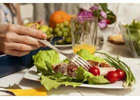 用叉子和蔬菜做的菜的侧视图_9265599
