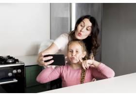母亲与女儿自拍_9093533