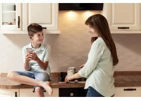母亲和儿子在厨房里做饭_9266450