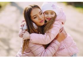母亲和女儿在公园里玩耍_8355236