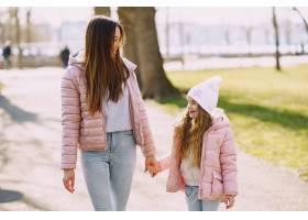 母亲和女儿在公园里玩耍_8355238