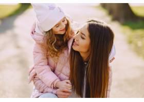 母亲和女儿在公园里玩耍_8355241