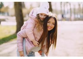 母亲和女儿在公园里玩耍_8355243