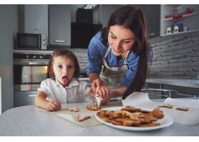 母亲和女儿在厨房里烘焙_9146933