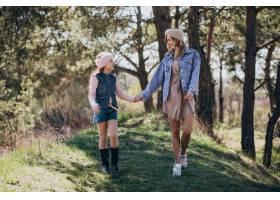 母亲和女儿在森林里玩耍_7870144