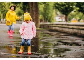 母亲和女儿在水坑里跳得很开心_8828087