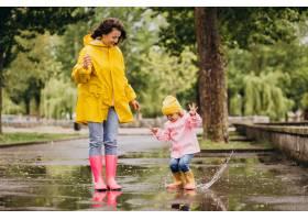 母亲和女儿在水坑里跳得很开心_8828094
