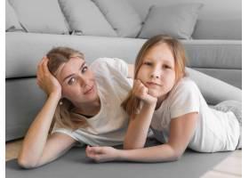 母亲和女孩一起运动练习_8623090