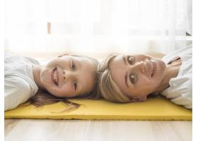 母亲和女孩在休息_8623089