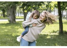 母亲和女孩在公园里玩耍_9009971